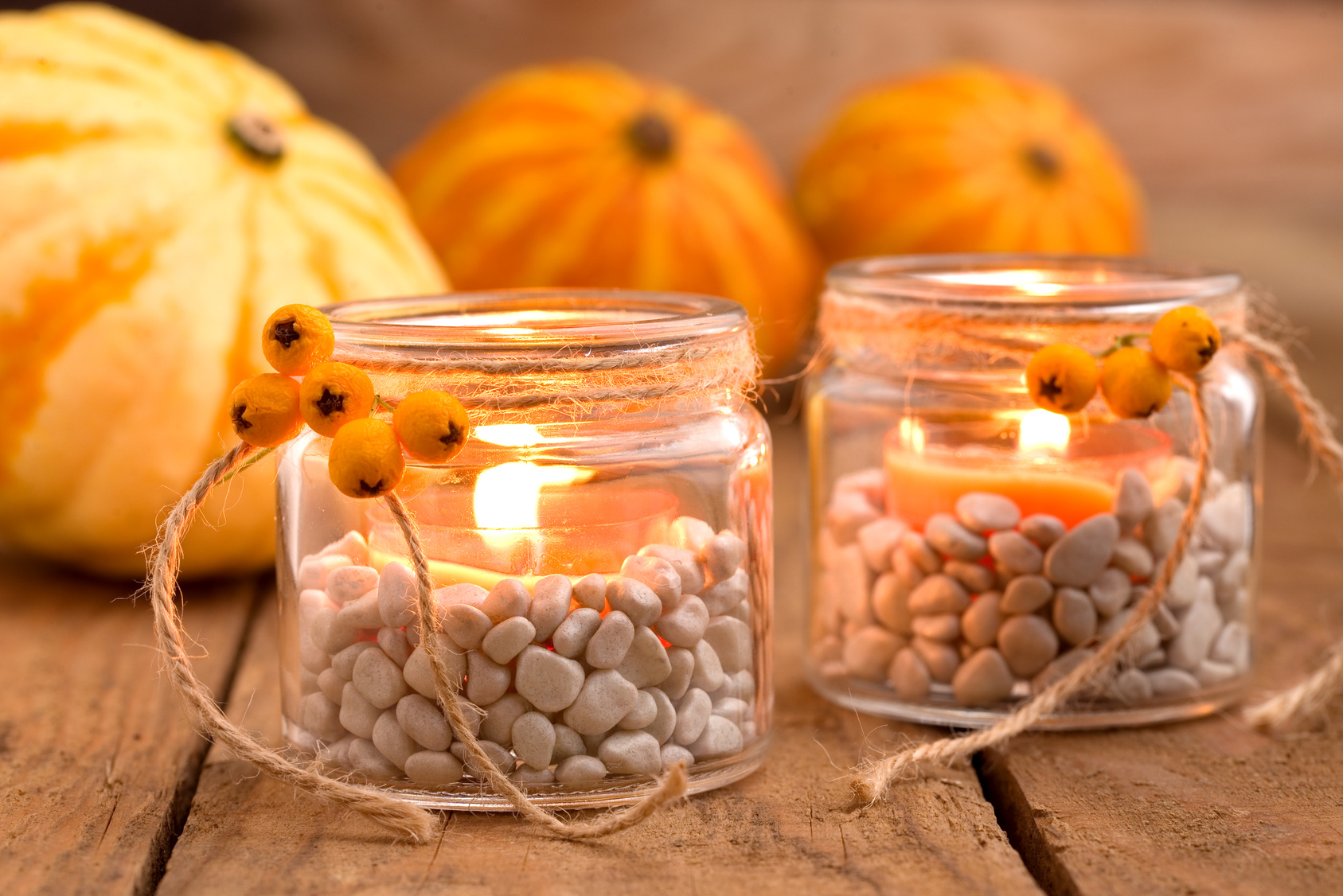 Teelichtgläser mit Herbstdeko